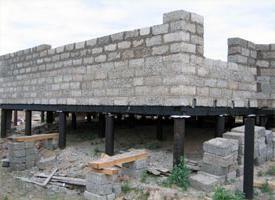 kuća od drveta-betonskih blokova