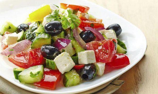 Чем греческий салат заправляют? Как готовят данное блюдо?