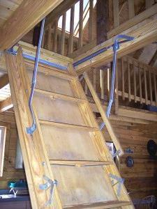potkrovlje stepenice sa rukama sa drveta fotografija
