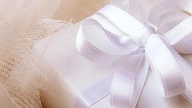 Что подарить на свадьбу недорого: варианты презентов