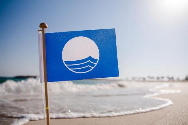 Что значит голубой флаг на пляже?