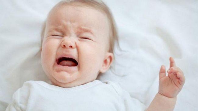 Грудничок плачет, перед тем как пописать: причины, лечение