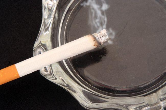 Как избавиться от кашля курильщика: лекарственные препараты и народные средства