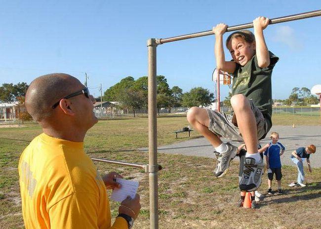 Как научить подтягиваться на турнике ребенка?