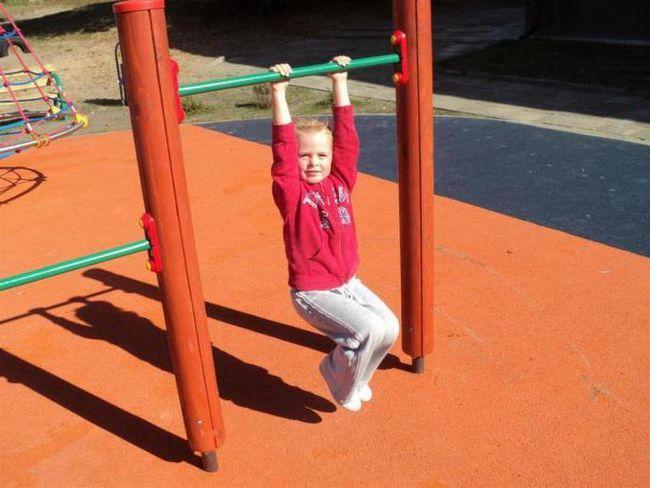 Как правильно научить ребенка подтягиваться на турнике?