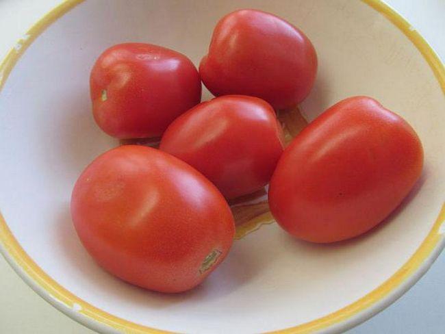 Konzervirane salata od paradajza, krastavaca, paprika i luk. Konzervirane paradajz salata