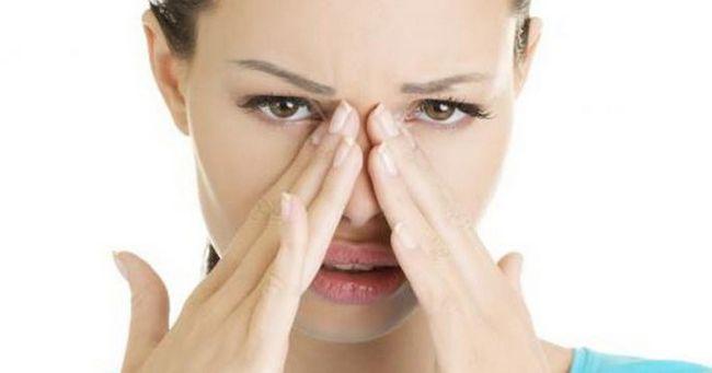 Почему чешется лицо: причины и лечение