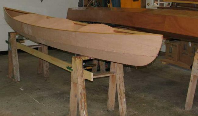 improvizovana brod napravljen od iverice
