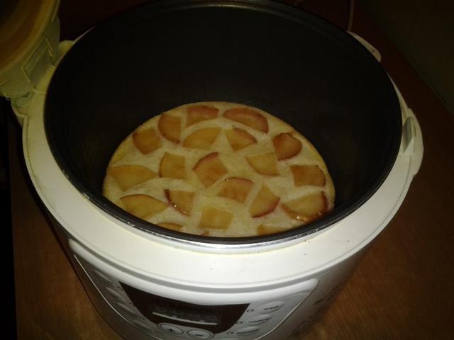 Pita od jabuka s jabukama i cimetom u pećnici