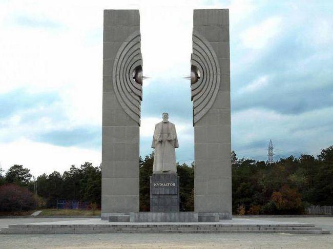 Курчатов памятник