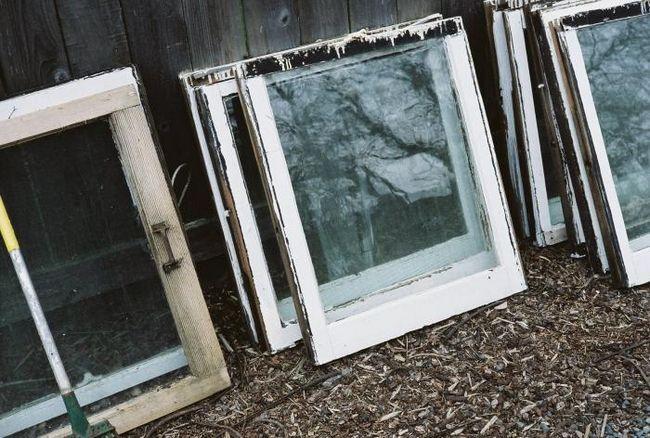 Plastenika okvir prozora s rukama