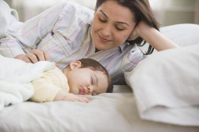 Zadrhti u snu novorođenčeta, zašto i šta da radim?